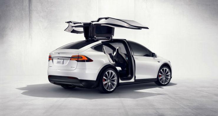 Hundrevis av ambulanser til Teslas fabrikk i California